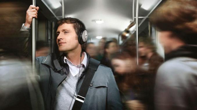слушает музыку в наушниках