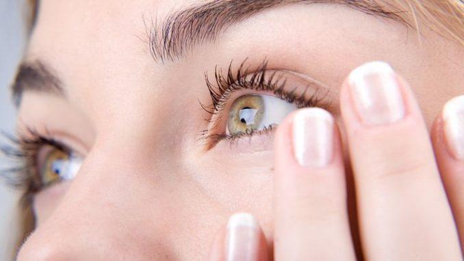 Попадание в глаз острого металической стружки
