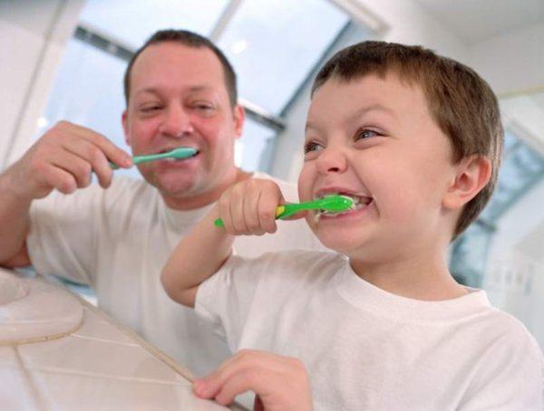 чистят зубы с папой